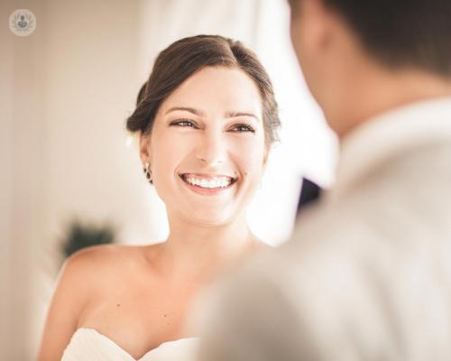 mujer-sonriendo-en-la-boda